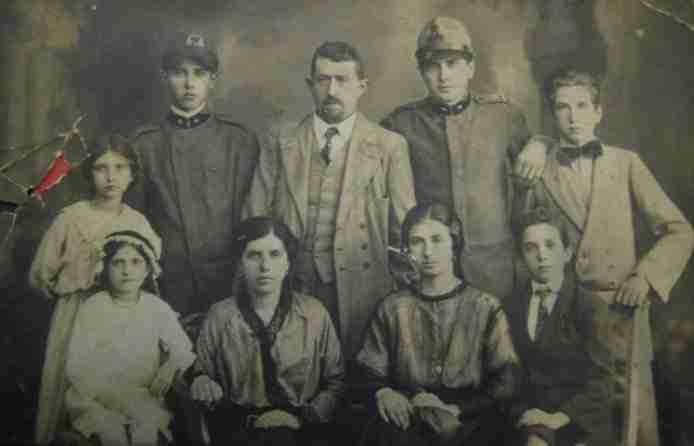 In piedi da dx: Nicolò, Guglielmo, Vincenzo, Pio e Antonia. Seduti da sx: Vittoria, Anna, Sidonia e Ferdinando
